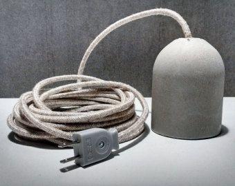 Hängeleuchte aus Beton hergestellt.  Hier enthält die Lampe:  -A Buchse hergestellt aus Zement grau. Resistentes, jedes Stück ist einzigartig, weil handgemacht dann kleine Unvollkommenheiten wie Blasen, Nuancen von Zement typische präsentieren. Es ist geeignet um das E27-CE-Zertifikat aufzunehmen. Misst ca. 11 cm hoch und 7,5 cm im Durchmesser.  -Thermoplastische E27-Fassung, CE-Zertifikat, das von Beton zusammen mit der Kabelklemme völlig verborgen bleibt.  -1,5 Meter Stromkabel in bunten…
