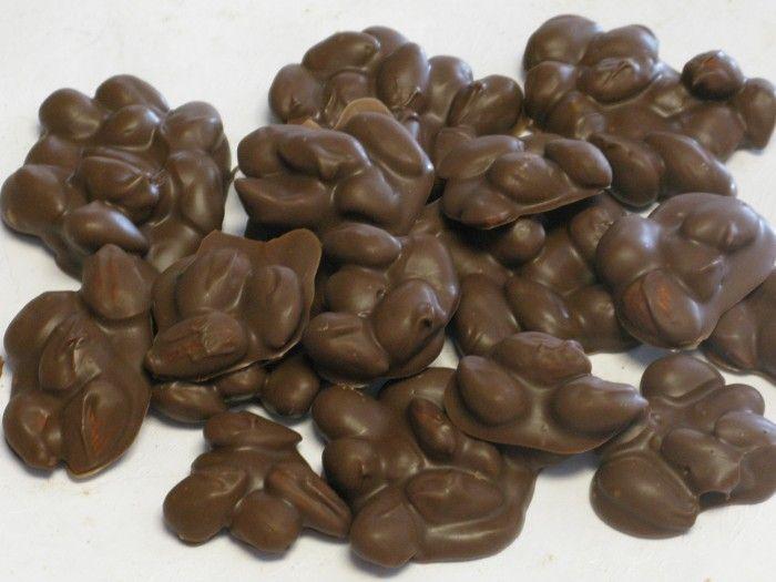 Βραχάκια με αμύγδαλα και σοκολάτα!1 μονάδα απο τα αμύγδαλα! Υλικά: 200γρ αμύγδαλα χωρίς φλούδα 100γρ σοκολάτα μηδενική(δείτεεδώποιες σοκολάτες δεν έχουν μονάδα)  Εκτέλεση: Βάζουμε τα αμύγδαλα σε ένα ταψάκι και τα καβουρδίζουμε στο φούρνο μέχρι να ροδίσουν ελαφρά. Λιώνουμε την κουβερτούρα σε μπεν μαρί,ρίχνουμε μέσα τα αμύγδαλα και ανακατεύουμε. Παίρνουμε κουταλιές απο το μείγμα και …