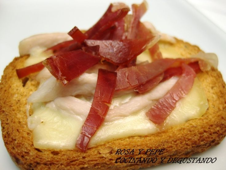 INGREDIENTES PARA 4 MONTADITOS 4 Tostadas integrales 4 Lonchas de queso manchego 4 Filetes finos de lomo 4 Filetes de jam...