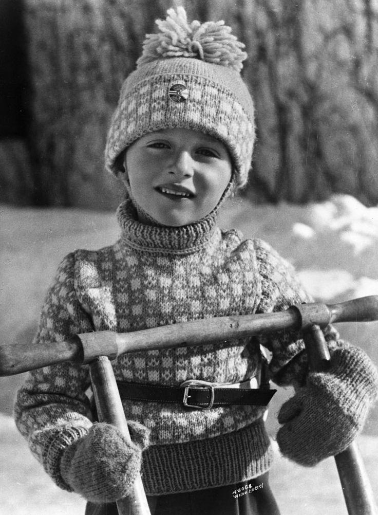 Kanskje fikk Harald genseren til 3-års dagen 21. februar? Det finnes noen bilder som viser at han brukte den i Holmenkollen 4. mars 1940. Og… Prince Harald in the sweater at Skaugum. photo: Ander Beer Wilse / Norsk Folkemuseum