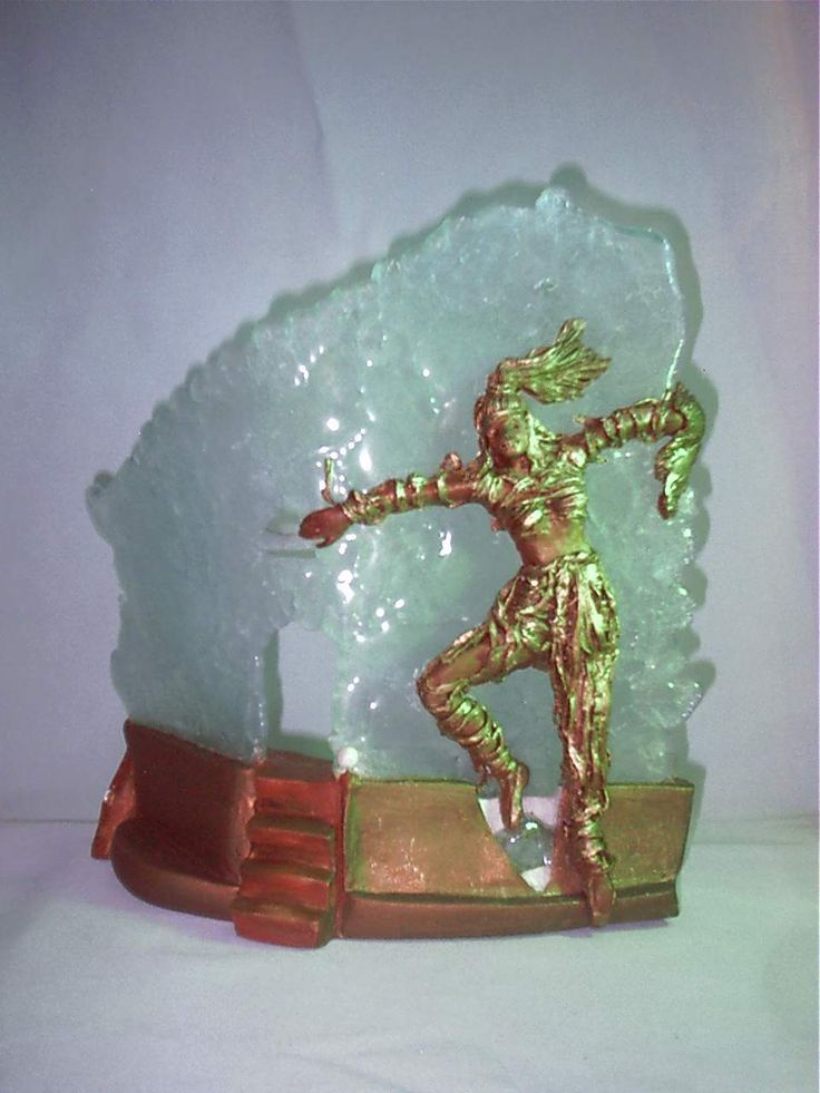 """SCULTURA LUMINOSA """"LA DANZATRICE SCIAMANA"""" Scultura luminosa realizzata in creta refrattaria patinata ad effetto  rame, resina,  foglia d'oro, cristallo fuso, pasta di vetro. Dimensioni: larghezza cm.30, altezza cm. 45,  profondità  cm.30"""