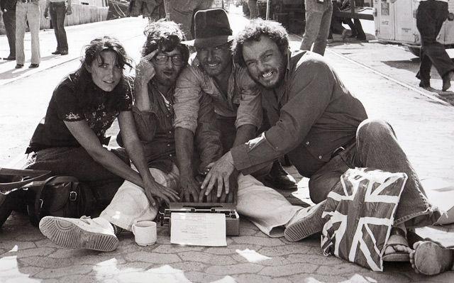 """Karen Allen (Marion Ravenwood), Steven Spielberg, Harrison Ford (Indiana Jones)y John Rhys-Davies (Sallah) interviniendo el guión. Una foto destinada como broma a Lawrence Kasdan, el guionista de """"Los Cazadores del Arca Perdida""""."""