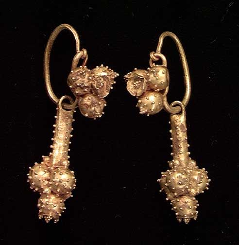A PAIR OF ROMAN GOLD EARRINGS, ca. 2nd-3rd century CE. With solid gold loops with applied cluster of spheres with small granulations and with pendants also ornamented with spheres with applied granulations. 40 mm.