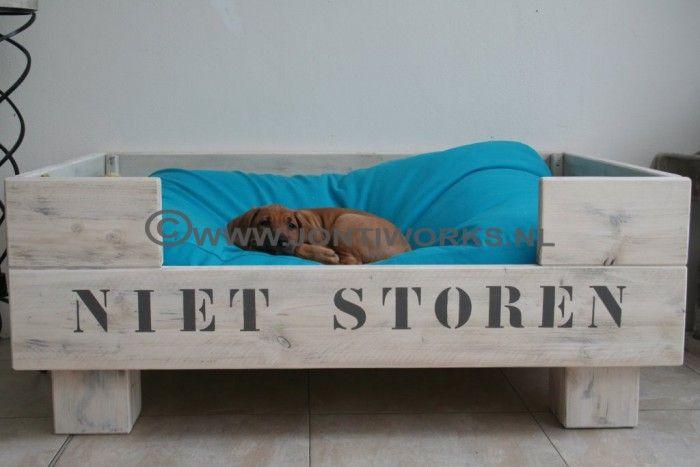 Steigerhout hondenmand model Koos, voor in een modern interieur.