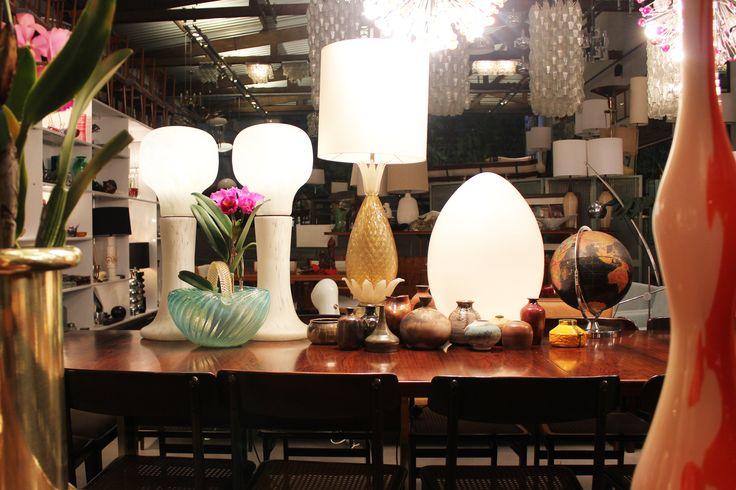 Abajur em murano e luminárias de mesa, com destaque para o par de luminárias Mazzega, por Carlo Nason, 1969, Itália. | Murano glass lamp and table lamps with highlight for pair of Mazzega lamps designed by Carlo Nason, 1969, Italy. #lojateo #carlonason #midcenturydesign #modernariato #anos60 #1960s #designitaliano #italiandesign #decoracao #decor #interiordesign #abajur #lamp #luminariademesa #tablelamp