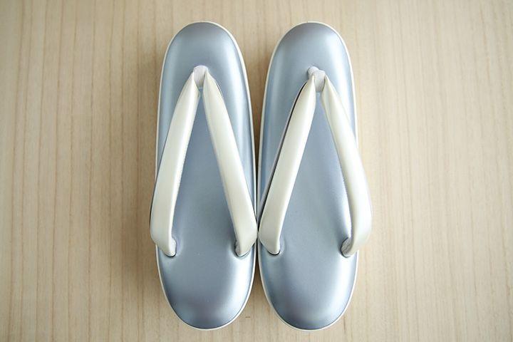 「れん」草履  長くお使い頂ける様に素材にこだわり、牛革で仕上げた草履です。足を乗せる天の部分には低反発素材を使用し、通常よりクッション性に優れております。 光沢感のある青い銀と鼻緒に黄色の白を組み合わせた上品な逸品です。 kimono haorihimo [JP]- store.eizi.jp/ [EN]- store.eizi.jp/en/