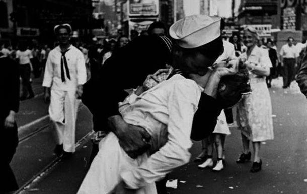 В США скончалась героиня знаменитой фотографии  Поцелуй на Таймс-сквер