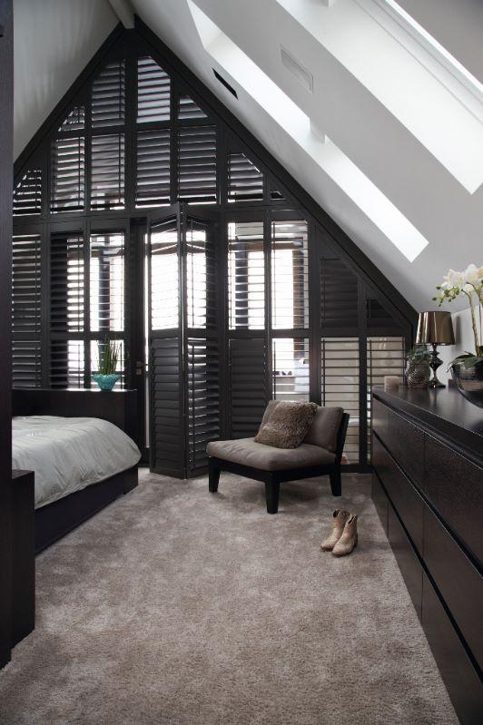 """Karakteristieke slaapkamer met shutters op maat van Zonnelux. Foto: Stefanie De Neve - """"Stijlvol Wonen"""" - © Sanoma Regional Belgium N.V."""