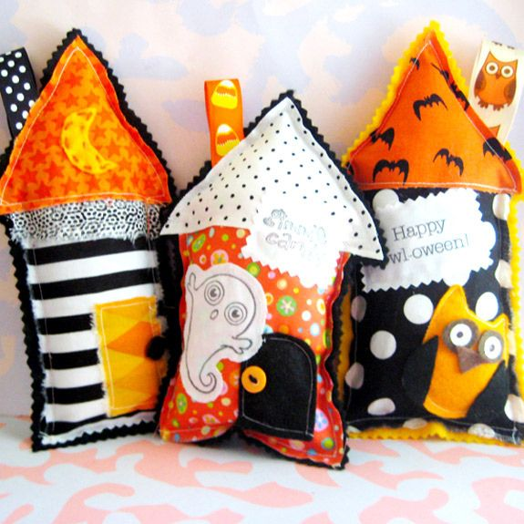 little houses...love the mix of fabrics----When I was a kid...1 of the few nice things my sister did with me was...we made Christmas pillows from some Christmassy type fabric we had lying about the house, but we filled them with the pine needles from the tree after the holiday....