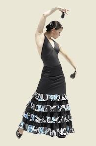 Falda ajustada en la cadera y abierta con cuatro volantes en tela estampada con motivos florales en tonos blanco, negro y turquesa. Una falda original para el escenario con corte y tejido de última moda.