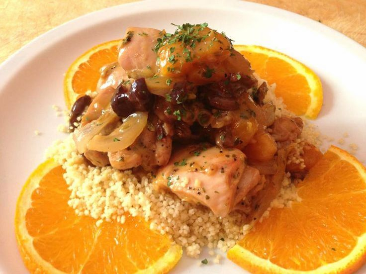 Il pollo alla libanese è un secondo piatto molto particolare e saporito, caratterizzato dalla presenza di arance, finocchio selvatico e zucchero di canna.