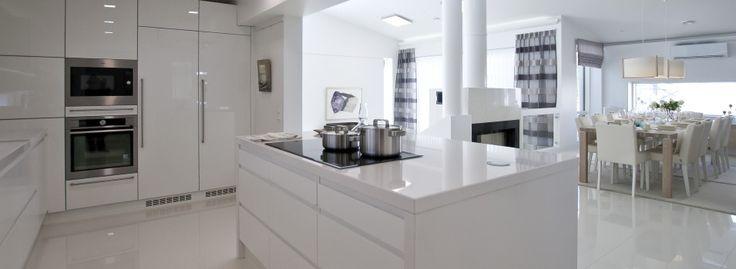 23 Rock-kivitalo Cliff Valkoinen keittiö  Saareke  White kitchen