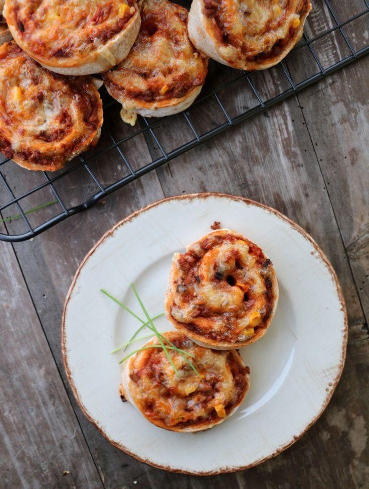 God fredag! Åh, desse pizzasnurrene blei like gode som dei ser ut! Om det er innafor å sei om maten man lager sjølv? Det synes eg så absolutt 😉 Pizzasnurrer er heilt topp å ta med seg på tur eller i matpakken. Det smaker også godt som kvardag- eller helgemiddag. Dei kan fint fryses, så …