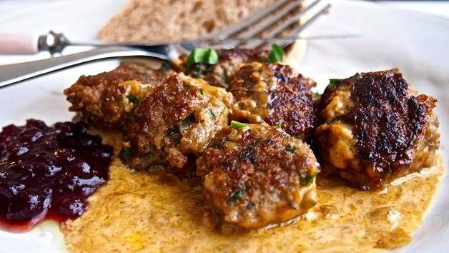 Lihapullat syödään kermakastikkeen ja puolukkasurvoksen kera.