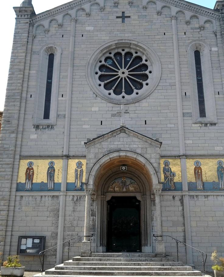 Chiesa della SS Trinità, proprio sulla riva del lago.