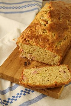 Os bolos e crepes com farinha de trigo sarraceno são típicos da região da Bretanha, na França. Este tem um toque de sabor com o alho-poró e o bacon.