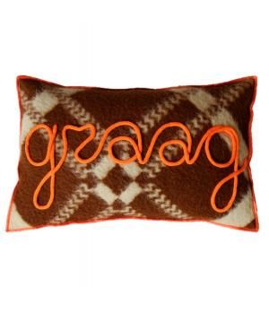 Kussen van retro wollen dekens in oranje bruin tinten en afgewerkt met neon oranje accenten. Aan de voorzijde het woord GRAAG in gepunnikte letters.Inclusief veren binnenkussen