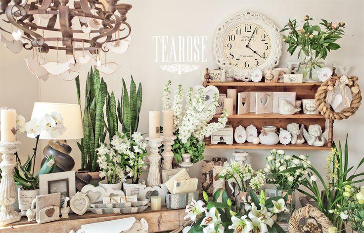 Virágszalon, virágüzlet, tavaszi virágok, tavaszi belső tér, fehér enteriőrök, fehér lakberendezési tárgyak   flower salon, flower shop, spring flowers, spring enterior, white enteriors, white decorations