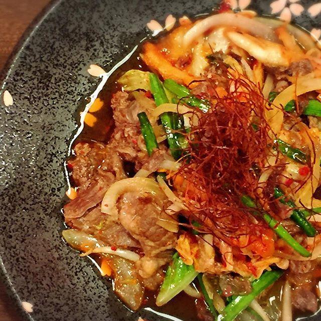 """""""馬""""キムチ炒め^ ^ 暑い時期にピッタリの刺激的な辛さがビールとよく合います🍺  低カロリー&低脂肪&高タンパク質の栄養価の高い馬肉料理を是非、SAKURA馬ールでお楽しみください🐴  #上野ランチ #馬刺し #肉 #肉バル #馬肉 #キムチ #ワイン"""
