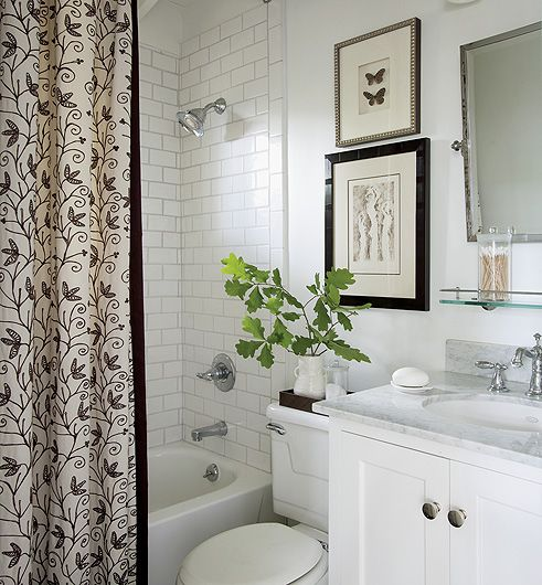 Łazienka - aranżacje fot. Nancy Nolan #łazienki #dom #wystrój #wnętrza #lustra #biały #styl #bathroom #zasłony #interior