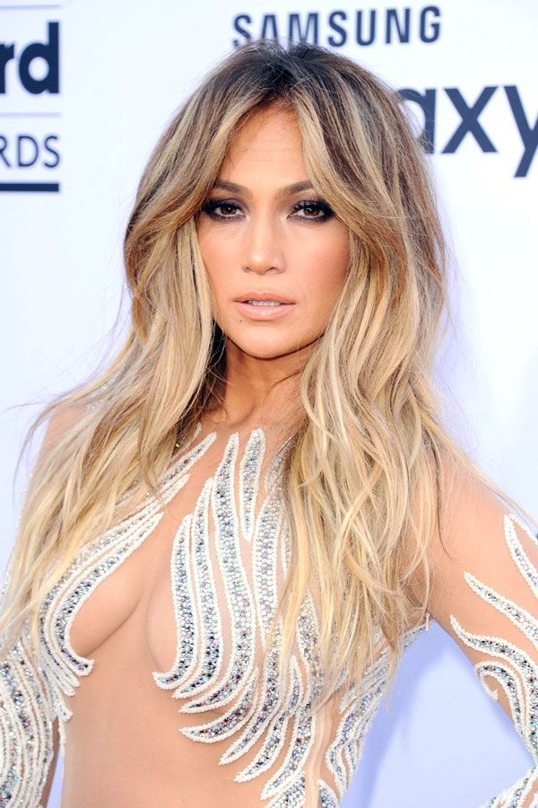 Jennifer Lopez was absolutely stunning on the red carpet. With a sexy smoky eye and seriously tousled strands, she pulled out all the stops.