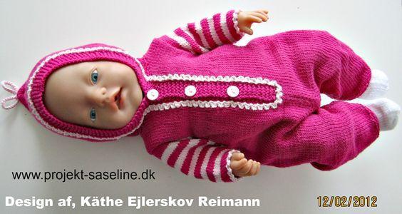 Baby born opskrifter 43 cm. En heldragt med striber på ærmene og picot langs kanterne på stoplelukningerne med hætte