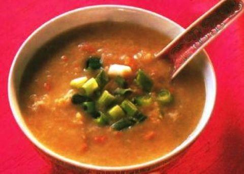La zuppa di granchio e mais si prepara unendo la polpa di granchio o il petto di pollo mentre a parte di unirà la pasta di mais con gli albumi. Al te...