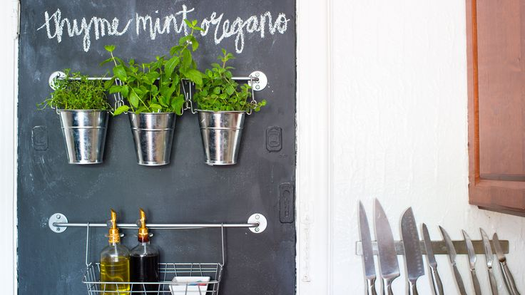 Chalkboard paint is a huge trend, but there's a method to applying it that homeowners should follow. Make sure to heed these do's and don'ts.
