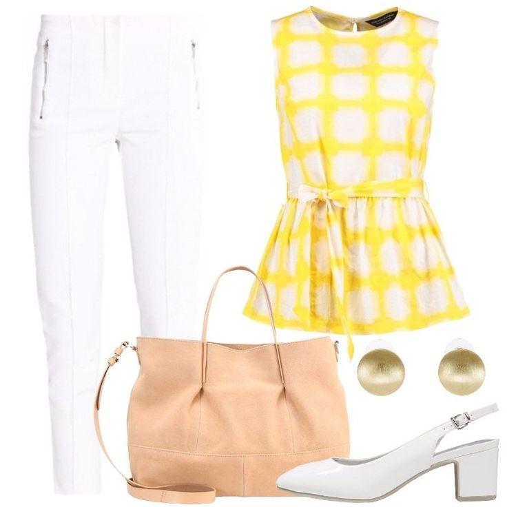 L'outfit è composto da una camicetta gialla in cotone con scollo tondo, un paio di pantaloni bianchi a vita alta, un paio di tacchi bianchi e da una borsa a mano.
