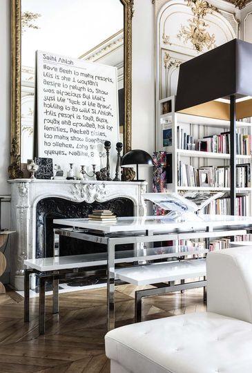 Un salon-bibliothèque - Appartement romantique chic au Louvre / Library, living room - Classy romantic appartment at the Louvre | More photos http://petitlien.fr/70gq