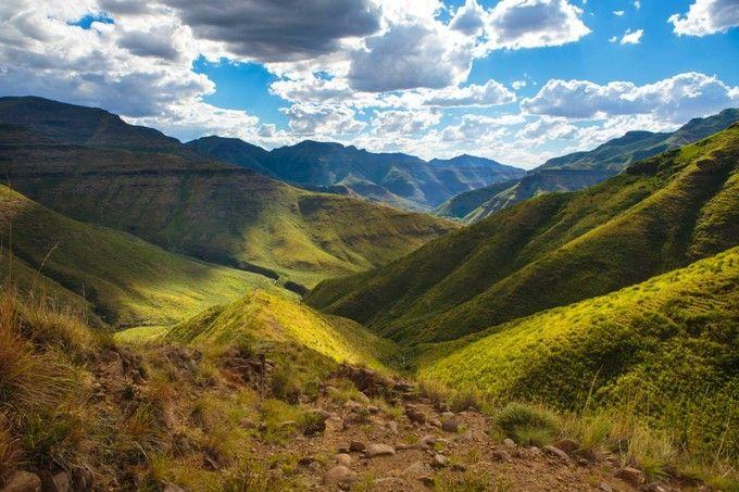 ドラケンスバーグ山脈は、南アフリカ共和国とレソト王国の国境沿いにそびえる山脈