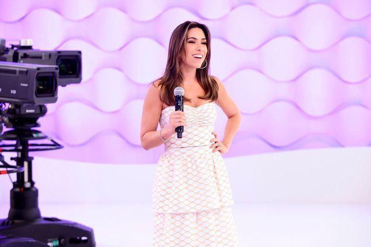 Patricia Abravanel arrasa no visual para substituir Eliana no SBT