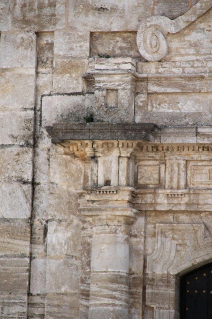 OLVERA.  Detalle de una de las puertas de la Iglesia de la Encarnación. 🌙