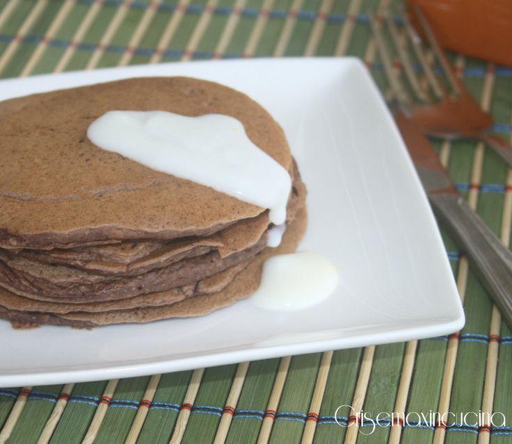 I pancakes vegani al cioccolato ideali per la prima colazione ottimi se accompagnati da marmellata, crema pasticcera o cioccolato