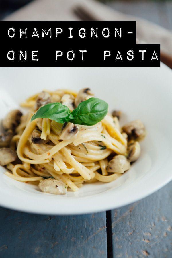 One Pot Pasta ist oft meine große Rettung nach langen Tag. Egal, wie arbeitsreich, wie anstrengend oder einfach wie vollgepackt der Tag war – die schnelle Pasta aus einem Topf geht immer! Ein mal kurz alle Zutate zusammenschnippeln, alles in einen großen Topf, Deckel drauf, zwischendurch mal kurz gucken, ob alles in Ordnung ist und …