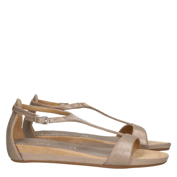Unisa Apice MTS beige leer sandaal  Exclusieve sandaal van het merk Unisa mode Unisa Apice MTS beige. De beige sandalen zijn vervaardig van hoogwaardig suède. De Unisa sandaal is voorzien van een glitter bandje over de voorvoet. De spaanse sandalen zijn van hoogwaardige kwaliteit en hebben een ultiem draagcomfort. De details op de luxe sandalen geven een exclusieve uitstraling. De verstelbare gespsluiting zorgt voor een goede aansluiting aan de voet. Deze fashion sandalen zijn makkelijk te…