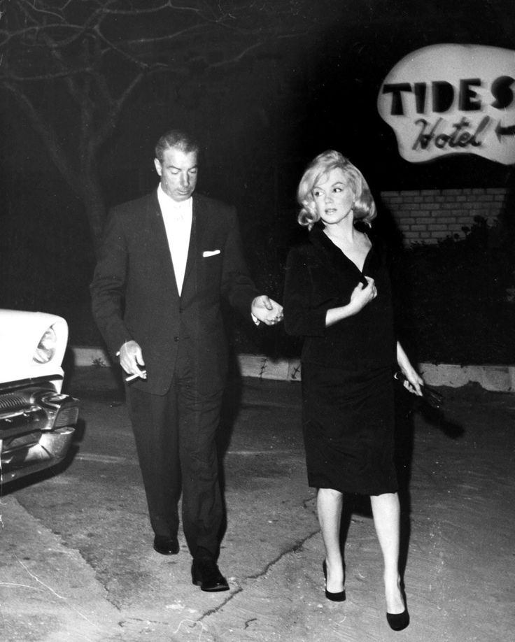 Marilyn Monroe And Joe Dimaggio At The Tides Motor Inn In