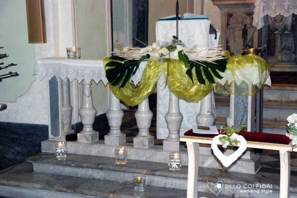 Lerici chiesa S.Rocco:le balaustre allestite e vetri acqua e candele durante matrimonio