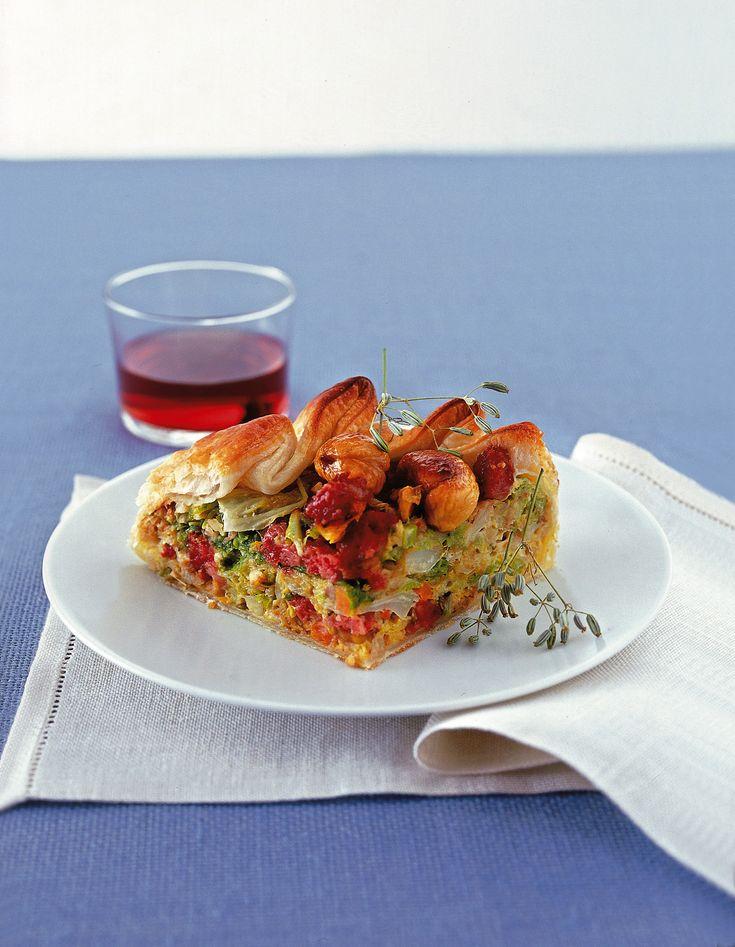 Per una torta salata ideale per le stagioni fredde, segui passo dopo passo la ricetta di Sale&Pepe del pasticcio di verze, castagne e cotechino.