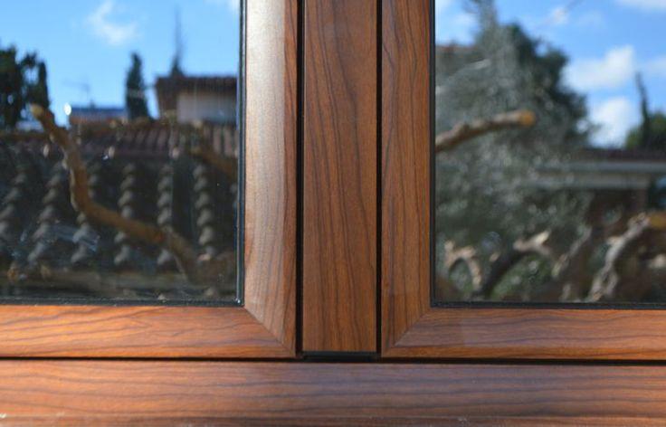 Europa 5500 σε χρώμα απομίμησης ξύλου καρυδιά.
