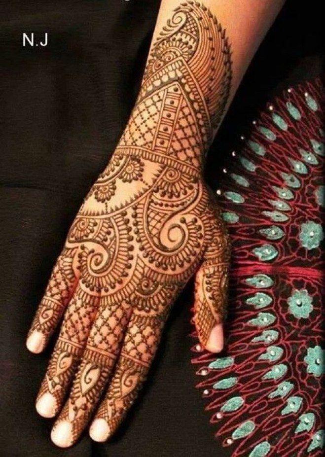 Tatouage intégral de la main au henné noir