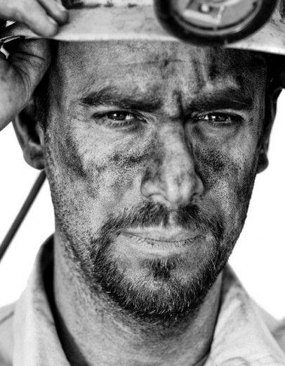 """''Minatori, mineros'' i ritratti dal sottosuolo"""" del fotografo sardo Adriano Mauri"""