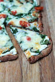 Denne oppskriften er det mange som har spurt etter, og her kommer den endelig.  Hvit pizzasaus er utrolig godt, og man kan variere den og lage den på en rekke ulike vis. Denne versjonen er med hvitløk og ricotta. En deilig mild italiensk ost som smaker helt fantastisk sammen med tomat, litt salt og pepper.  Jeg anbefaler å prøve med den grove pizzabunnen, sammen skaper disse råvarene rett og slett en fantastisk harmonisk smak. Spinat, tomat, hvitløk og ricotta er bare utrolig gode smaker…