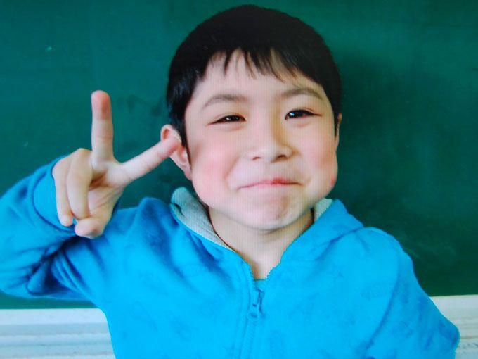 Yamato Tanooka, el niño abandonado por sus padres como castigo por lanzar piedras a los autos en el bosque de Hokkaido en Japón, fue encontrado con vida y sano y salvo en una cabaña militar a cinco kilómetros de donde fue visto por última vez.