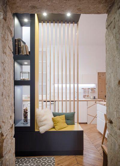 Une petite entrée très design avec meuble bibliothèque et banc d'un style scandinave
