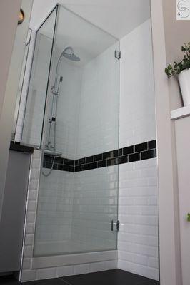 Douche sur mesure avec carreaux métro et paroi vitrée sur mesure pour un maximum de transparence