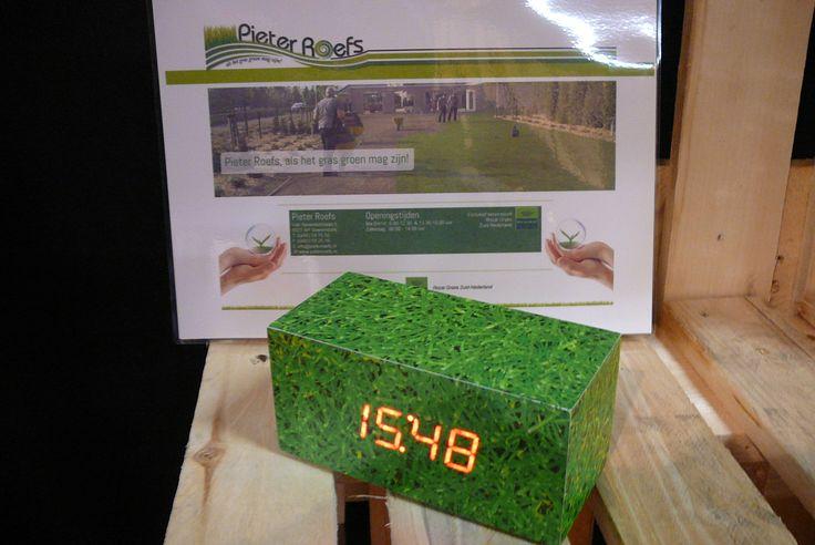 Benieuwd naar wat er allemaal mogelijk is, en hoe wij uw klok zouden kunnen vormgeven? Of benieuwd naar de aanvullende mogelijkheden zoals een custom-made geschenkverpakking? Get Attention! WIj zijn er voor u.