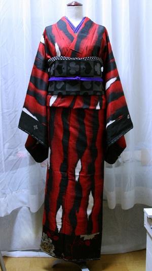 Kimono    meisen  この銘仙着物は、古着の銘仙2枚を使って、自分サイズに仕立て直したお気に入りの一枚。大正ロマンと言うか、江戸川乱歩な感じ。  トランプの帯をあわせて。