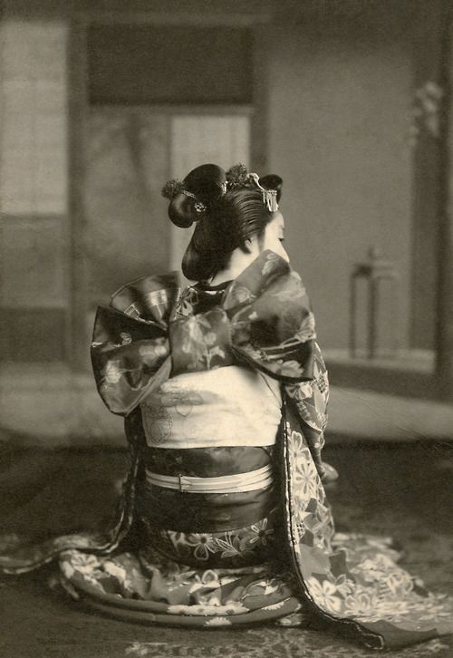 """1910......A maiko (apprentice geisha) from Osaka showing her obi (sash) tied in the traditional musubi (knot), called """"ya giccha"""" (やぎっちゃ) in the Osaka-ben dialect or """"ya kichiya"""" (矢吉弥) in standard Japanese, which loosely translates as """"increasing good-luck arrow"""" knot. Her hair is dressed in the """"mata kamigata"""" (また髪型) or forked-branch hairstyle.........POSTED BY BLUE RUIN1.......SOURCE OKIYA.TUMBLR....."""
