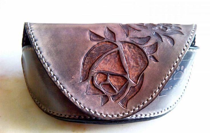 Glasses case with carved rose. Caixa para óculos com uma rosa gravada. #leatherwork #leather #catsleather #couro #rosa #roses #carved #carving #glassescase #oculos #caixaoculos